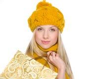 La muchacha sonriente en otoño viste con el bolso de compras Fotografía de archivo libre de regalías