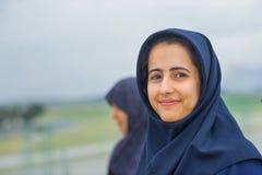 La muchacha sonriente en un hijab fotos de archivo