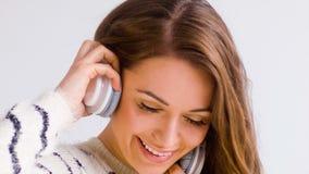 La muchacha sonriente escucha música almacen de metraje de vídeo