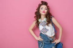 La muchacha sonriente fresca de la moda bonita con los auriculares hechos punto empaqueta llevar ropa colorida con el baile del p Fotos de archivo