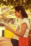 La muchacha sonriente hermosa joven, adolescente, con los auriculares descansa Fotos de archivo libres de regalías