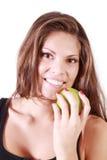 La muchacha sonriente hermosa sostiene la manzana verde Imagenes de archivo