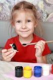 La muchacha sonriente pinta artes Fotos de archivo libres de regalías