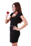La muchacha sonriente sostiene el vidrio de vino rojo Fotografía de archivo libre de regalías