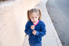 La muchacha sopla el diente de león Imagenes de archivo