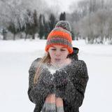 La muchacha sopla en nieve Fotos de archivo libres de regalías