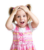 La muchacha sorprendente o sorprendida del niño da llevar a cabo la cabeza aislada fotografía de archivo libre de regalías