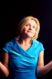 La muchacha sorprendida una alineada azul Imagen de archivo libre de regalías