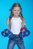 La muchacha sostiene el CD 6 Imagen de archivo libre de regalías