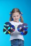La muchacha sostiene el CD Imagen de archivo