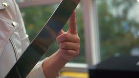 La muchacha sostiene el dedo índice en la extremidad de un cuchillo grande metrajes