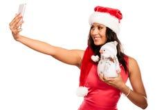 La muchacha sostiene el muñeco de nieve que toma el selfie Imagenes de archivo