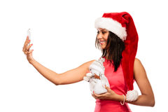 La muchacha sostiene el muñeco de nieve que toma el selfie Fotos de archivo libres de regalías