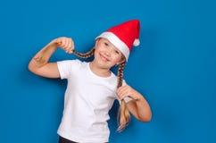 La muchacha sostiene el pelo de dos manos Imagen de archivo libre de regalías