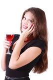 La muchacha sostiene el vidrio de vino rojo Fotos de archivo libres de regalías