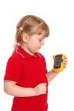 La muchacha sostiene en una mano un multímetro digital imagen de archivo