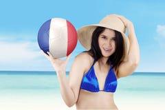 La muchacha sostiene la bola con la bandera de Francia en la playa Imagen de archivo