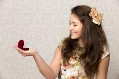La muchacha sostiene la caja con el anillo Fotos de archivo