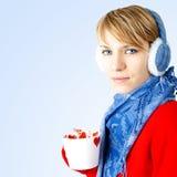La muchacha sostiene la taza de chocolate caliente Fotos de archivo libres de regalías