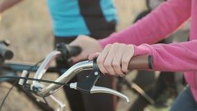 La muchacha sostiene los manillares de la bici almacen de metraje de vídeo