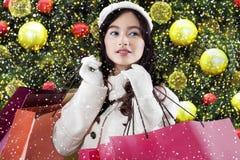 La muchacha sostiene los panieres con la decoración de la Navidad Fotografía de archivo libre de regalías