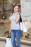 La muchacha sostiene los panieres en sus manos Foto de archivo libre de regalías