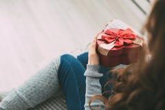 La muchacha sostiene un regalo para el día de fiesta Tarjeta del día de San Valentín/cumpleaños/Año Nuevo Imagen de archivo libre de regalías