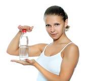La muchacha sostiene una botella con agua Imágenes de archivo libres de regalías