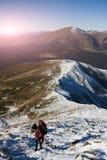 La muchacha sube al top de la montaña Fotos de archivo libres de regalías