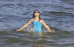 La muchacha sube de la agua de mar Imagen de archivo