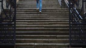 La muchacha sube las escaleras en la ciudad almacen de metraje de vídeo