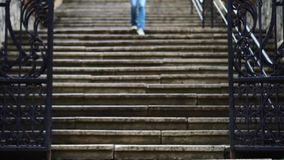 La muchacha sube las escaleras en la ciudad metrajes