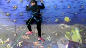 La muchacha sube para arriba la pared y abajo de la cuerda metrajes