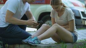 La muchacha sufre del dolor de estómago, ambulancia no indiferente de las llamadas del hombre, primeros auxilios almacen de video