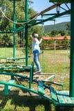 La muchacha supera una carrera de obstáculos al aire libre Imagenes de archivo