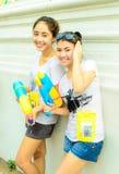 La muchacha tailandesa adolescente dos se une al día de Songkran. Foto de archivo libre de regalías