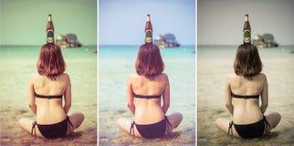 La muchacha tailandesa asiática atractiva se está sentando en el agua salada en el seashor Foto de archivo