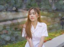 La muchacha tailandesa hermosa, señora tailandesa joven que lleva el vestido blanco imagenes de archivo