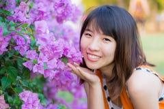 La muchacha tailandesa linda es muy feliz con Kertas púrpura Fotos de archivo