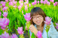 La muchacha tailandesa linda es muy feliz con las flores Foto de archivo libre de regalías