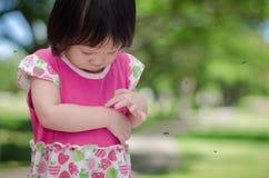 La muchacha tiene alergias con la mordedura de mosquitos Imágenes de archivo libres de regalías