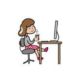 La muchacha tiene café mientras que trabajo Imágenes de archivo libres de regalías