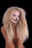 La muchacha tiene gusto de un león fotografía de archivo