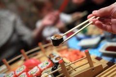 La muchacha tiene sushi fotos de archivo libres de regalías