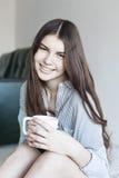 La muchacha tiene té en la mañana Imágenes de archivo libres de regalías
