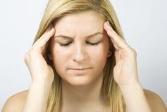 La muchacha tiene un dolor de cabeza Imagen de archivo libre de regalías