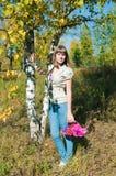 La muchacha tiene un resto al aire libre Fotos de archivo