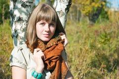 La muchacha tiene un resto al aire libre Imagenes de archivo