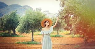 La muchacha tiene un resto en el jardín verde oliva griego imagenes de archivo