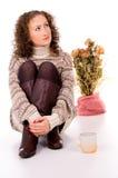 La muchacha tiene un resto en hogar acogedor del invierno Imagenes de archivo